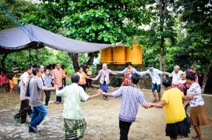 Penyambutan #3 oleh Kepala Sekolah, mama-bapa hostfam, anak-anak, serta penduduk Desa Moklain, Rote Tengah (8/4). Waktu tempuh dari rumah bupati hingga desa penempatan kurang lebih membutuhkan waktu 45 menit.