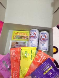 Paket yang akan dibagikan pada 7-8 November 2015. Satu orang mendapat 2 susu, 2 tolak angin, 1 madurasa, 5 Vitamin C, dan 2 masker operasi. Plus, ada tambahan nasi bungkus (donasi dari mamanya Nika).